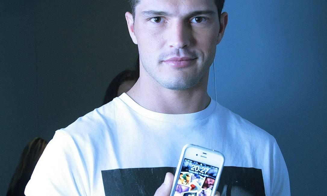 Diego Miguel - Também usa o Iphone com uma montagem de fotos da namorada - que não é modelo - no fundo de tela Marcos Alves /O Globo