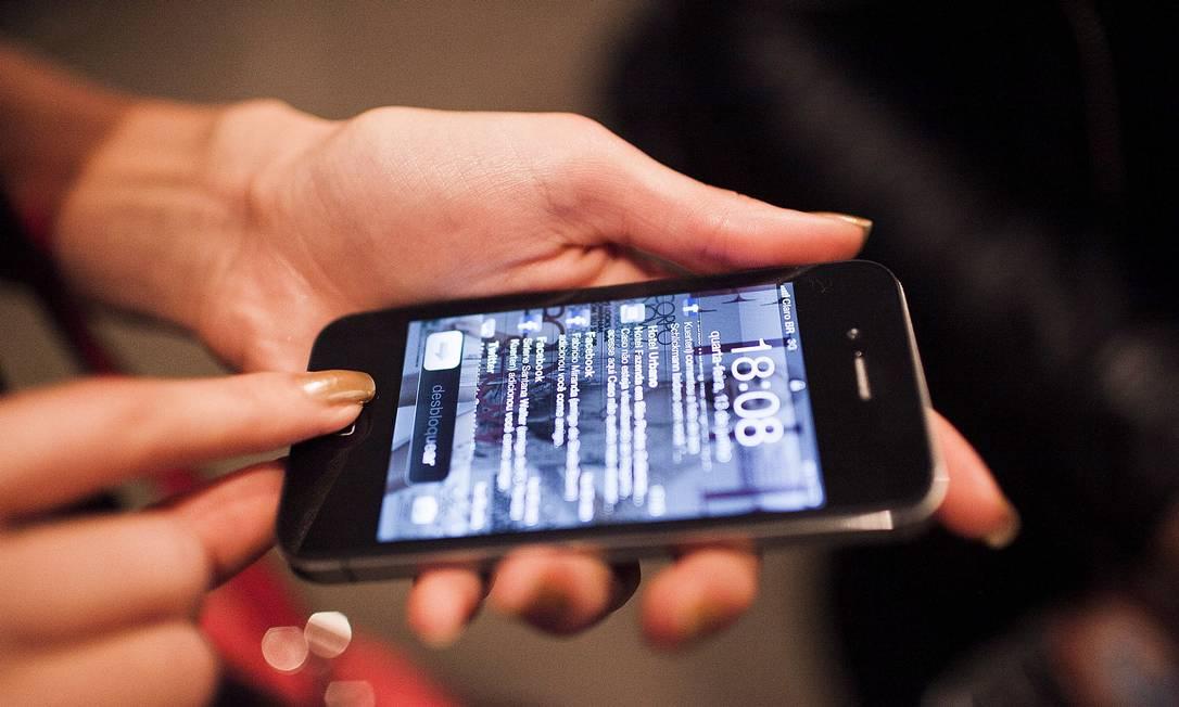 Renata Kuerten tinha um blackberry mas a pouco tempo trocou por um Iphone. Disse que está amando e seu fundo de tela vive carregado das notificações de mensagens no Facebook Leonardo Soares /O Globo