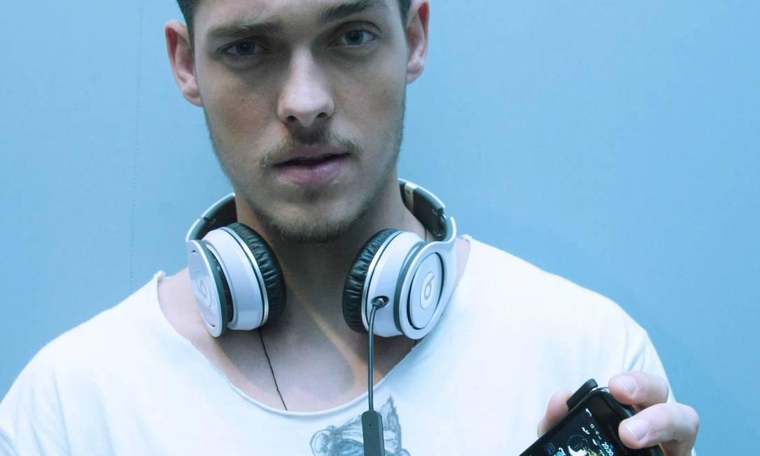 Natan Machado - O modelo blacberry acoplado com fones de ouvido imenso também servem de passatempo nos backstages Marcos Alves /O Globo