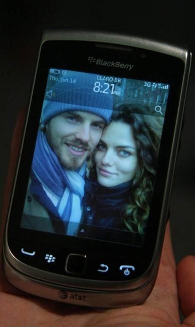 """Ao mostrar o fundo de tela com a foto do rapaz, ela pergunta: """"ele não é lindo?"""" Marcos Alves /O Globo"""