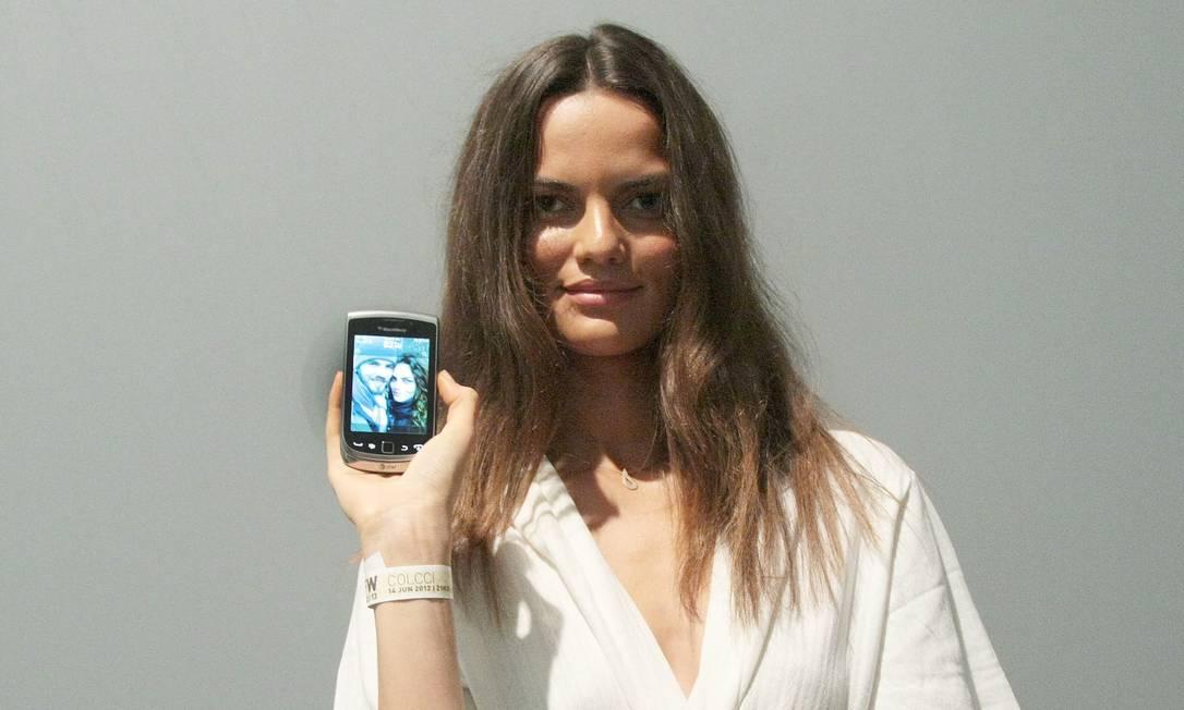 """Barbara Fialho também prefere o Blackberry por causa do BBM. """"Meu namorado mora comigo em Nova York e nos falamos muito por aqui quando estou viajando"""" Marcos Alves /O Globo"""