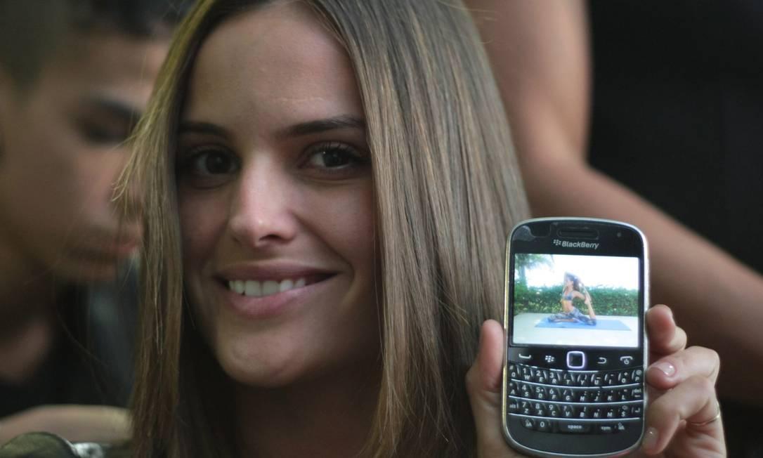 Izabel Goulart usa um modelo Blackberry sem muitas funcionalidades adicionais além da câmera, sistema de mensagem Blackberry Messenger, o famoso BBM e acesso aos emails Marcos Alves /O Globo