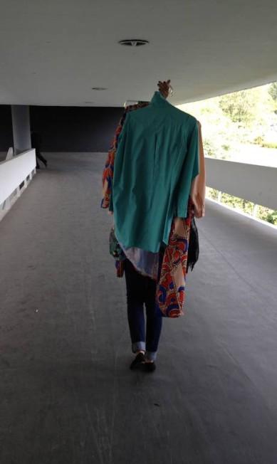 Como o desfile aconteceu fora da Bienal, os looks foram carregados pelas rampas do prédio Arquivo Pessoal