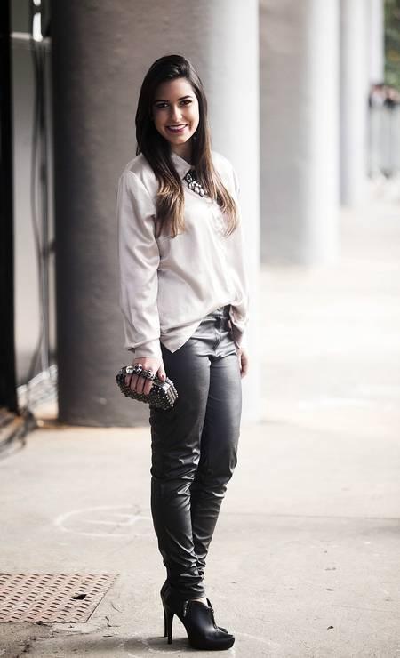 A blogueira Flávia de Simone, 19 anos, usa camisa e colar feitos por ela. A calça é da marca Rery, os sapatos são da Schutz e a bolsa clutch foi comprada na Rua 25 de Maio Foto: Leonardo Soares/Agência O Globo