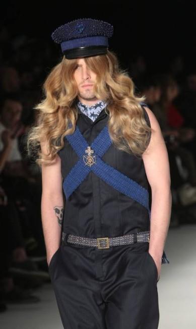 Desta vez não foi diferente: alguns modelos usaram perucas volumosas à la Gisele Bündchen Marcos Alves / Agência O Globo