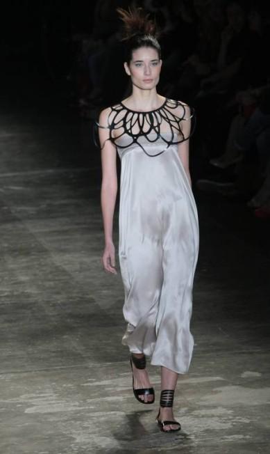 A marca apostou em tecidos especiais, como seda com metal, tafetá e crepe de seda Marcos Alves/Agencia O Globo