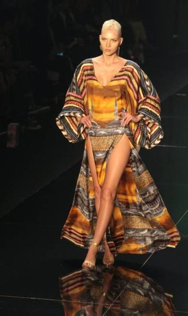 outra longa túnica, esta com estampa fotográfica Marcos Alves /O Globo