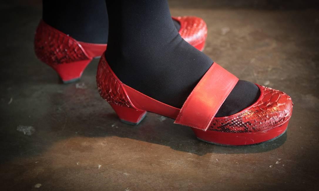Os sapatinhos de rubi Lino Vilaventura da foto são de Graça Borges, 57 anos, diretora de eventos. Modelo também tem uma leve plataforma meia-pata Marcos Alves /O Globo