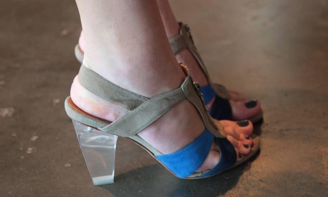 Chanel e Prada fazem escola: carolina Rodrigues optou por uma sandália de duas cores e salto transparente Marcos Alves /O Globo