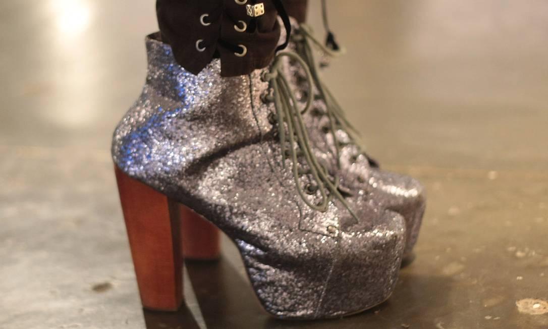 Muito brilho nos pés de Vick Góes, além da plataforma meia-pata Marcos Alves /O Globo