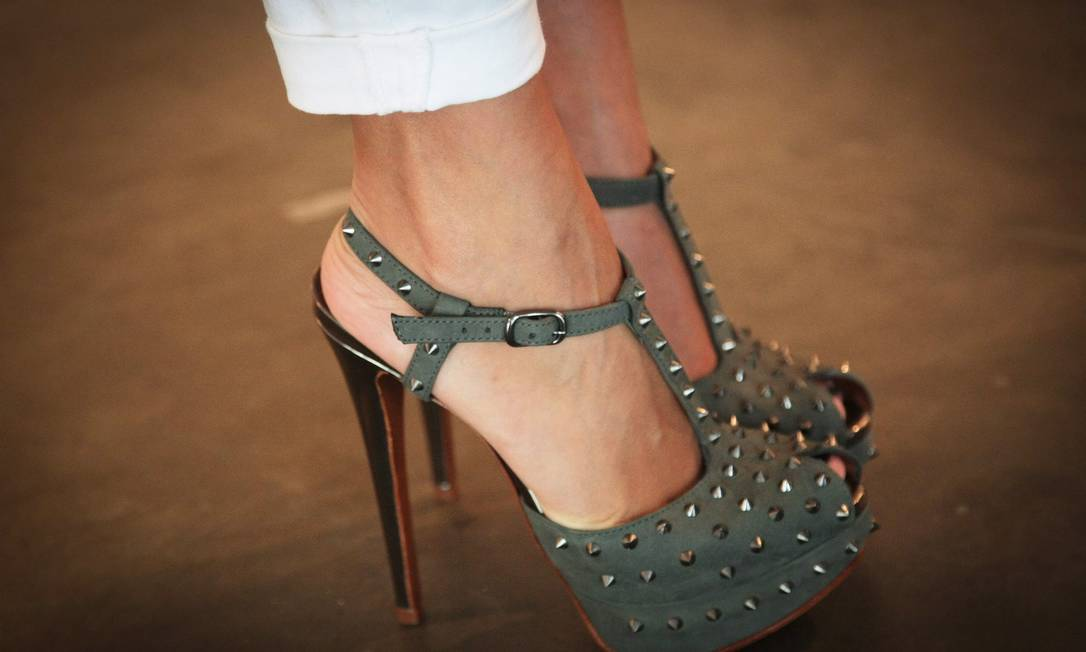 A blogueira Sophia Alckmin, 32 anos, também escolheu modelo plataforma meia-pata da Schutz Marcos Alves /O Globo