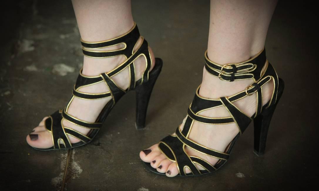 A blogueira Marine Xando, 30 anos, misturou preto e dourado nos pés. Na sola, a famosa teia de aranha, símbolo da Charlotte Olympia Marcos Alves /O Globo
