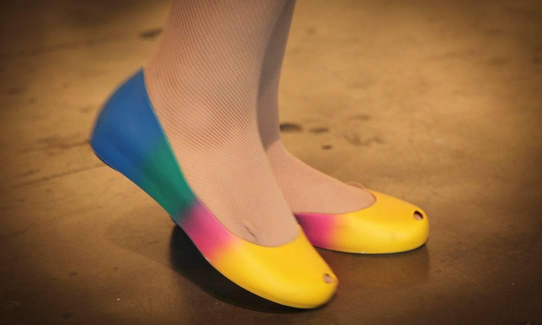 Melissa colorida nos pés da modelo Aline dos Anjos, 25 anos Marcos Alves /O Globo
