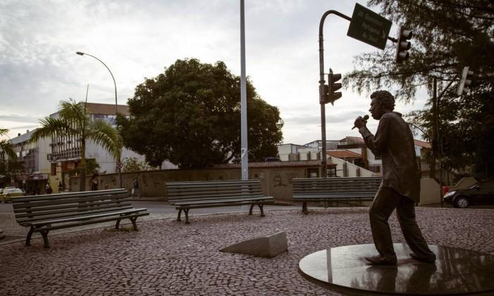 A estátua de bronze de Renato Russo, um dos moradores ilustres da Ilha Foto: Fernando Lemos / Agência O Globo (15/05/2015)