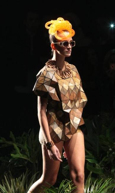 Vestidos longos fluidos e peças com fragmentos de madeira se destacaram na passarela de Ronaldo Fraga Leonardo Soares/Agencia O Globo