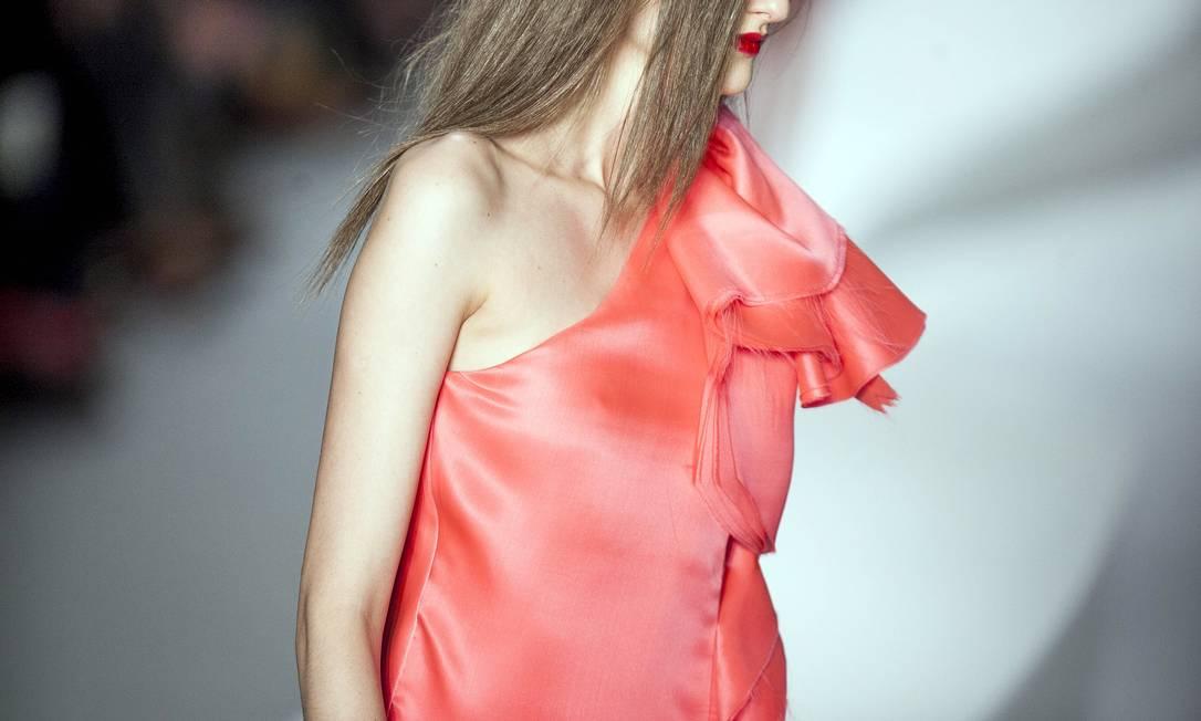 Nos vestidos, a maioria de um ombro só, babados lembravam pétalas sobrepostas feitas de seda e cetim LEONARDO SOARES/AGENCIA O GLOBO
