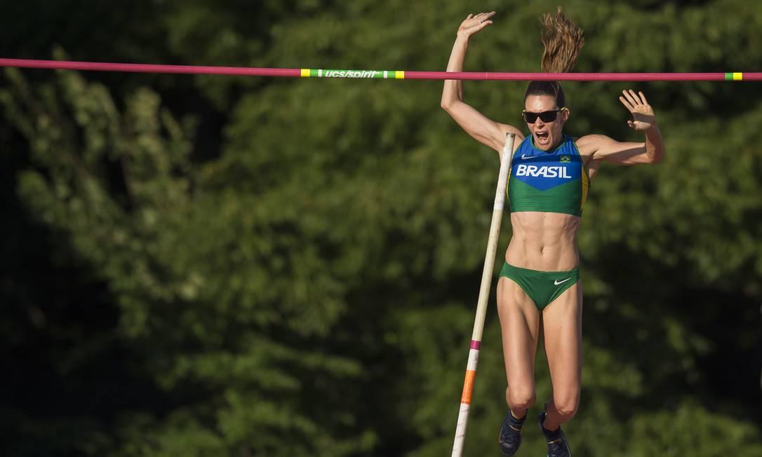 A brasileira Fabiana Murer leva a medalha de prata no salto com vara JIM WATSON / AFP