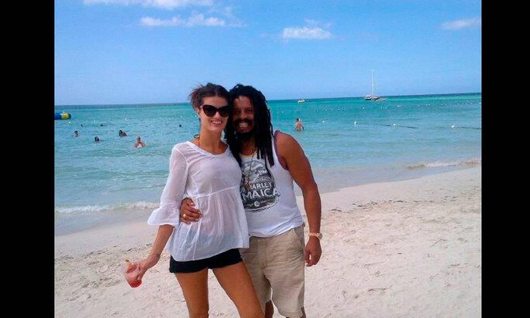 Isabeli com o noivo, Rohan Marley, em Negril Reprodução