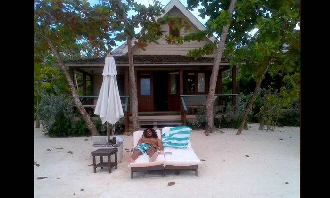 Isabeli registra o momento relax de Rohan Marley em frente ao bangalô que o casal ficou hospedado na última viagem Reprodução