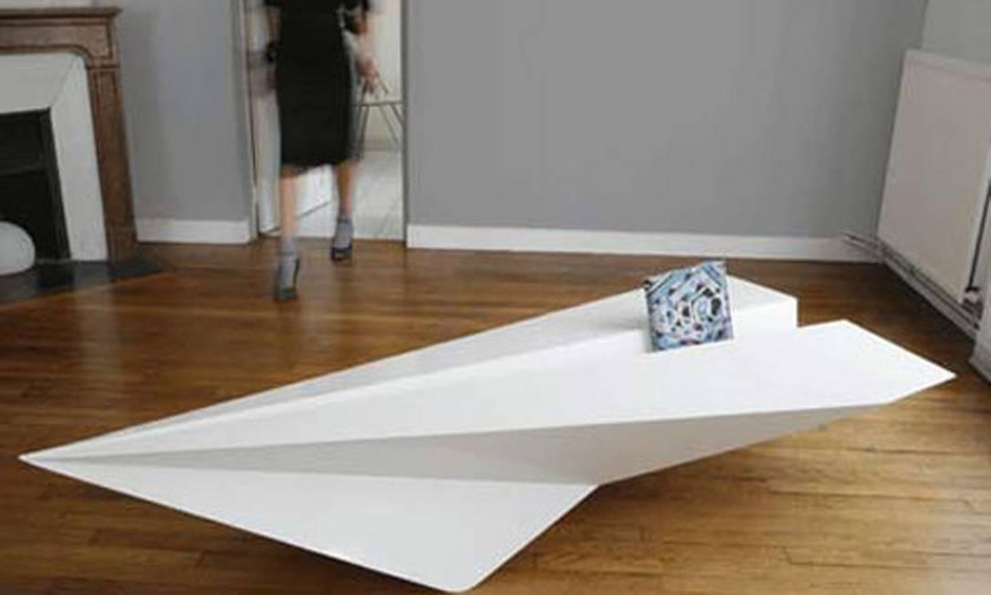 Que tal uma mesa de centro que se parece com uma gaivota de papel? Reprodução
