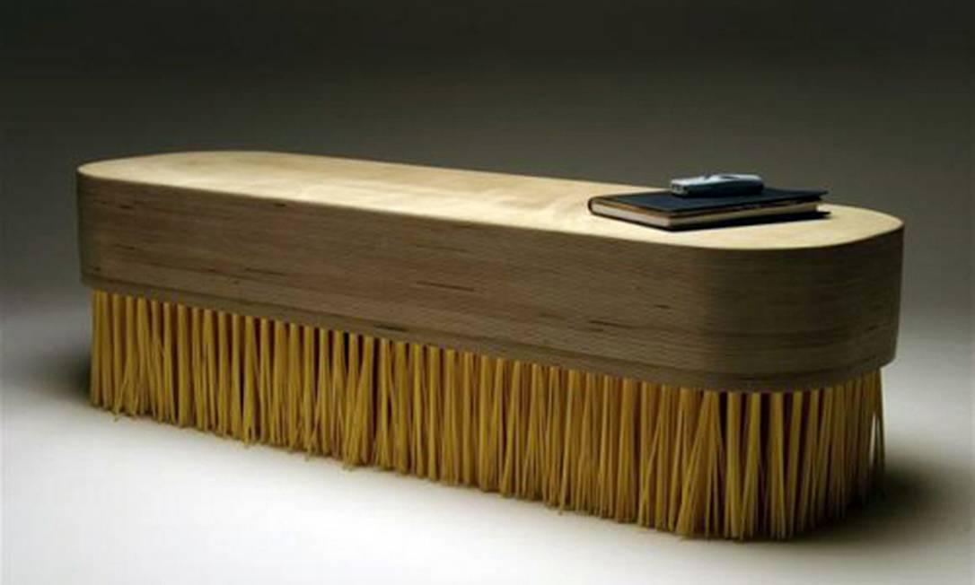 """De Jason Taylor, a """"Brush table"""" é uma mesa que se parece com um escovão gigante Reprodução"""