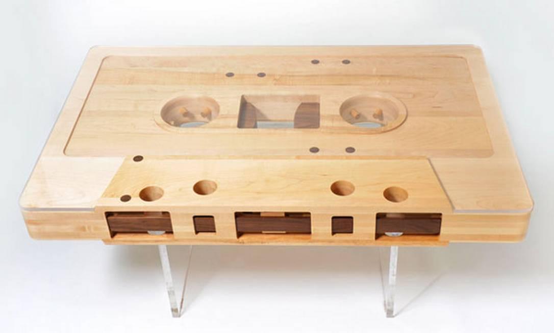 Inspirado pela 'Mixtape Table', de Jeff Skierka, o site Flavorwire fez uma galeria de móveis e objetos de decoração feitos à imagem e semelhança de outros objetos de nosso cotidiano Reprodução