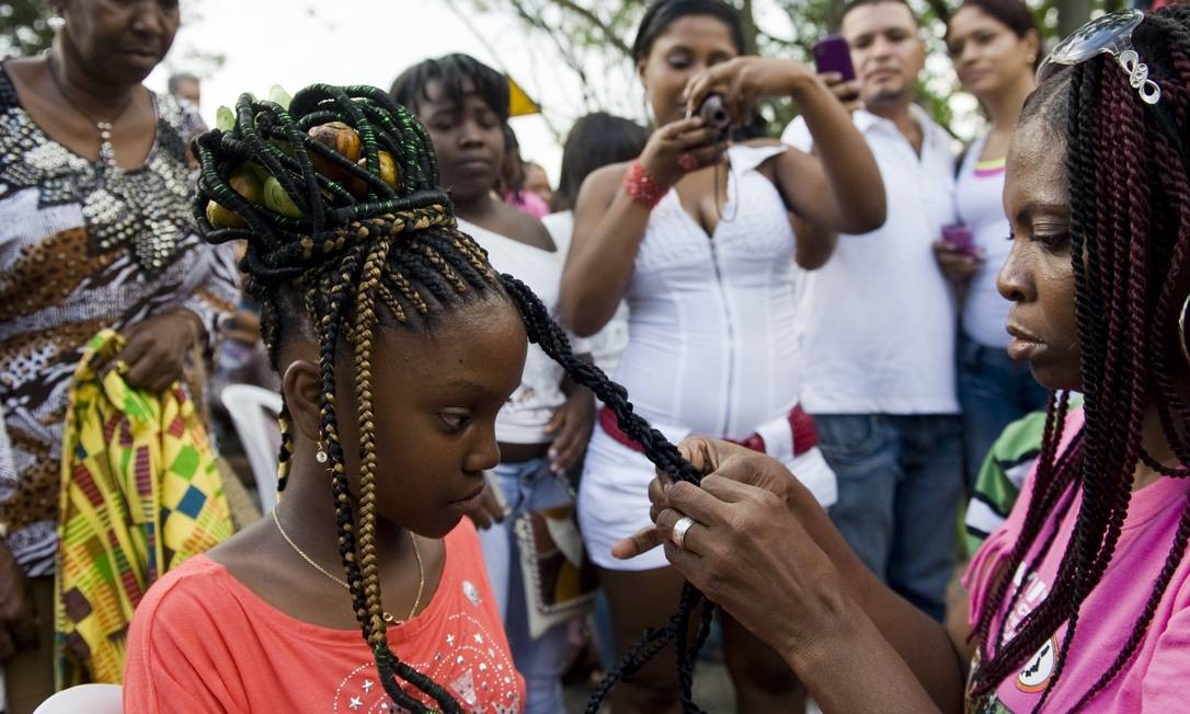 O público pôde acompanhar o passo a passo dos penteados LUIS ROBAYO / AFP