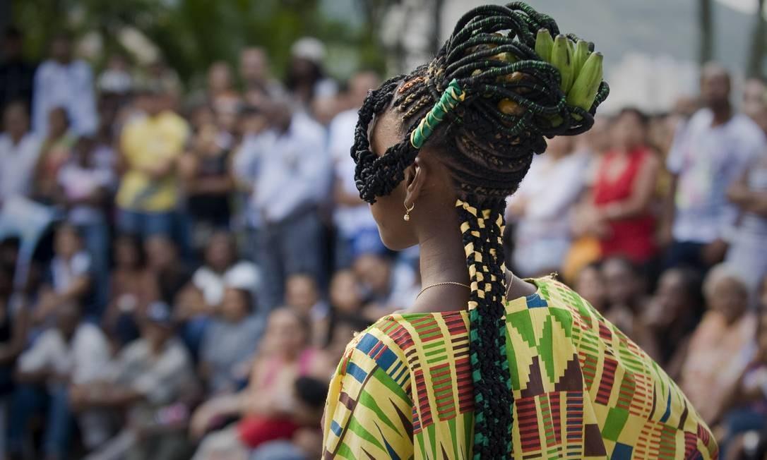 """Tançados deram espaço a criações mais conceituais, com direito a modelo """"fruteira"""", que carregava um cacho de banana LUIS ROBAYO / AFP"""