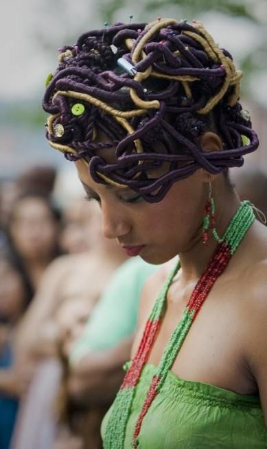 Enfeites, brilhos e até botões fizeram parte dos penteados LUIS ROBAYO / AFP