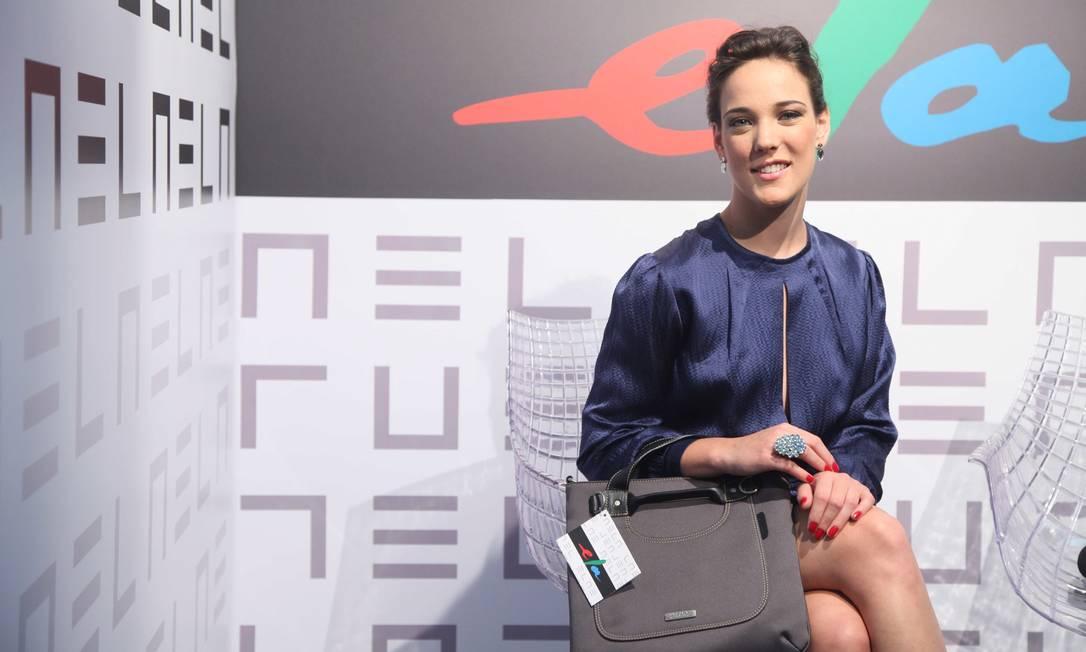 A atriz Adriana Birolli com a bolsa brinde Ana Branco / Ana Branco / Agencia O Globo