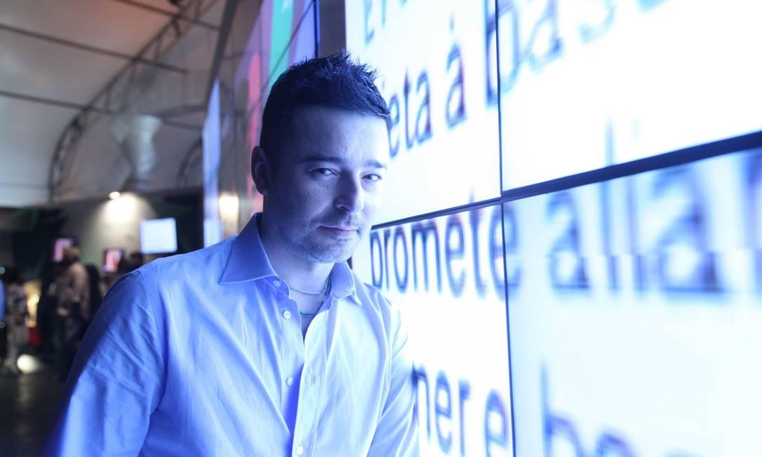 O estilista Carlos Tufvesson em frente ao videowall Ana Branco / Ana Branco / Agencia O Globo