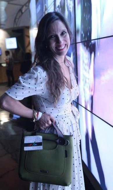 Isabela Capeto, com a bolsa brinde, em frente ao videowall Ana Branco / Ana Branco / Agencia O Globo