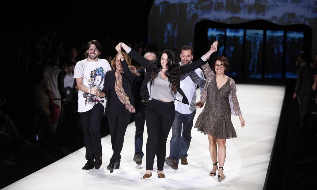 Filha do criador da Blue Man, Sharon Azulay, 20 anos, chamou ao palco estilistas de outras grifes de moda-praia, ao final do desfile Fabio Rossi / O Globo