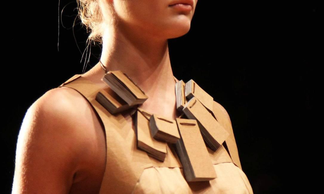 Bloquinhos formavam o colar de algumas das modelos da marca Ana Branco / O Globo