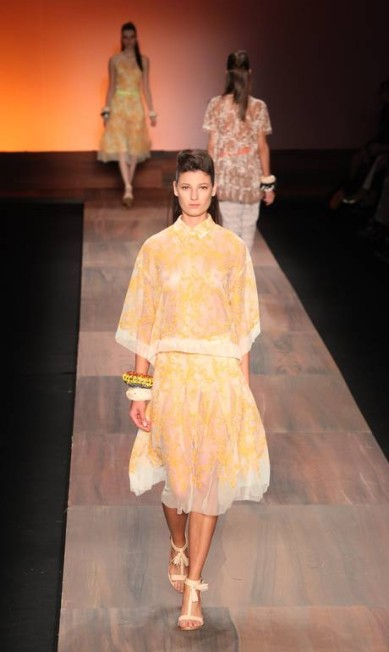 A transparência, outra tendência absoluta da estação, também estava presente em vestidos, saias e camisas de renda colorida Simone Marinho / Simone Marinho / Agência O Globo