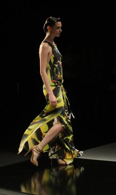 Detalhe do movimento do vestido apresentado na passarela Laura Marques / O Globo