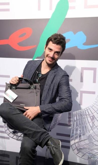 O ator Luca Bianchi foi ao Fashion Rio e conferiu o Espaço Ela Ana Branco / Ana Branco