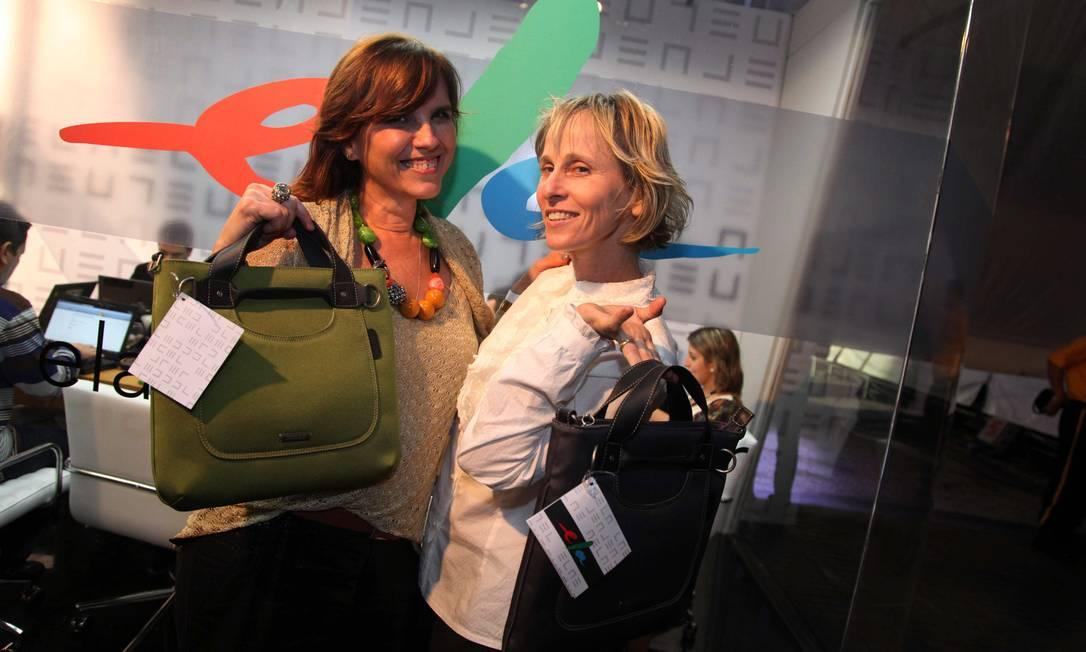 A estilista Yamê Reis e a coreógrafa Deborah Colker com suas bolsas Ana Branco / Ana Branco