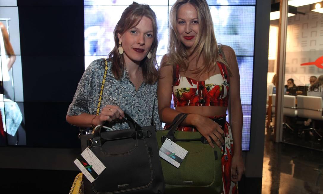 Julia Monteiro de Carvalho e Alexia Wenk com a bolsa do Espaço Ela Ana Branco / Ana Branco
