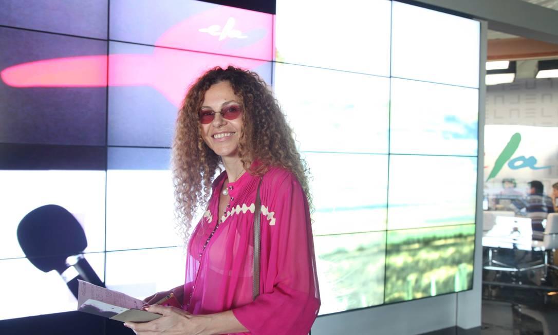 A designer de joias Yara Figueiredo, em frente ao videwall do Espaço Ela Ana Branco / Ana Branco
