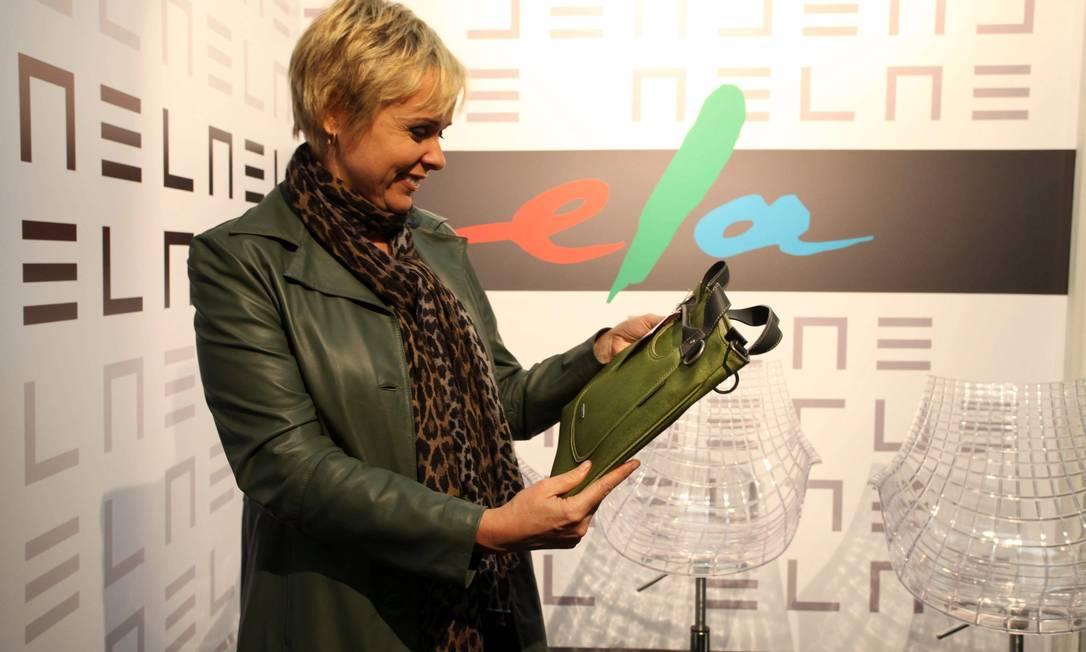A atriz Giulia Gam com a bolsa brinde Ana Branco / Ana Branco