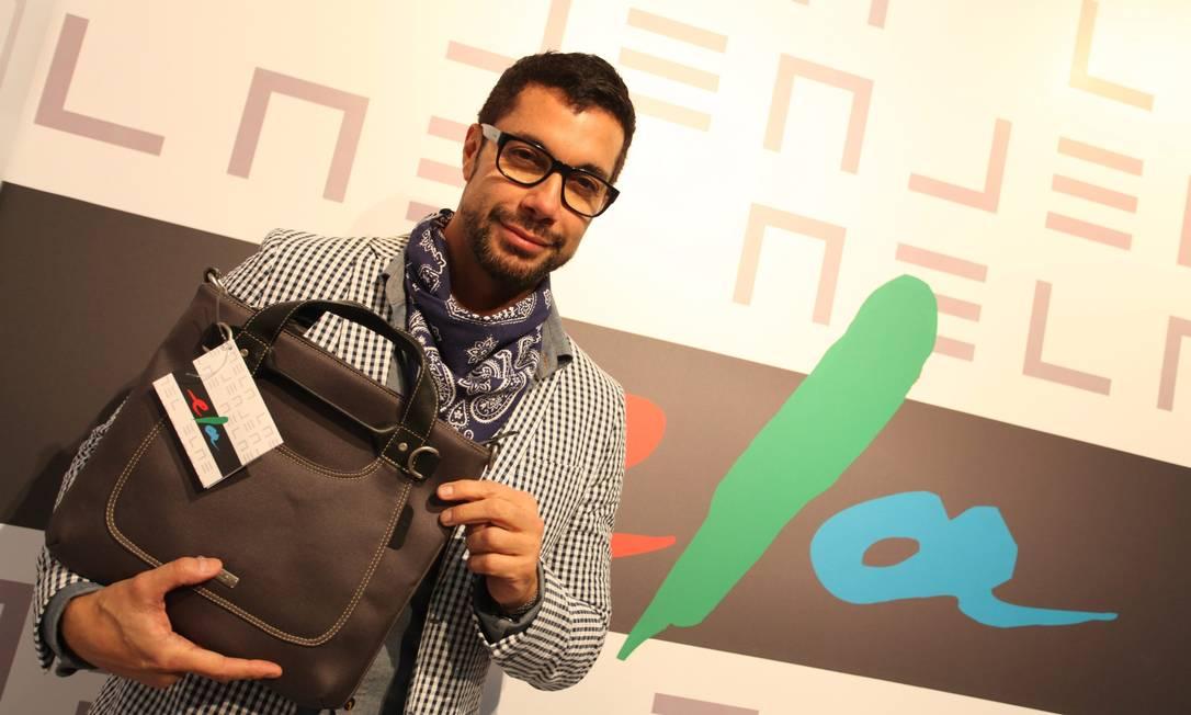 Fernando Torquatto com a bolsa brinde do Ela Ana Branco
