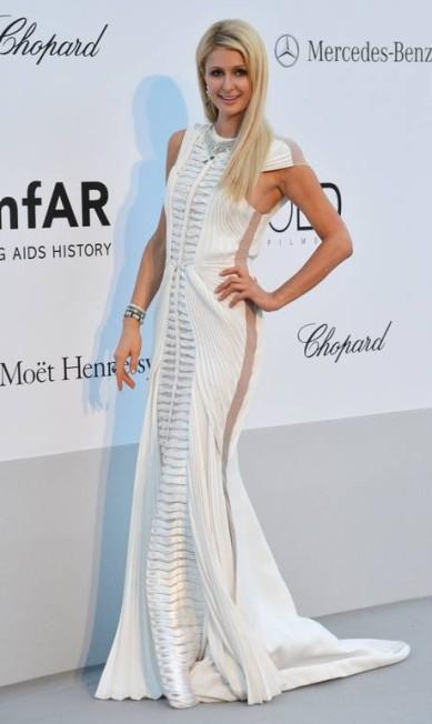 A socialite Paris Hilton exibe longo com transparência lateral em evento beneficente AFP