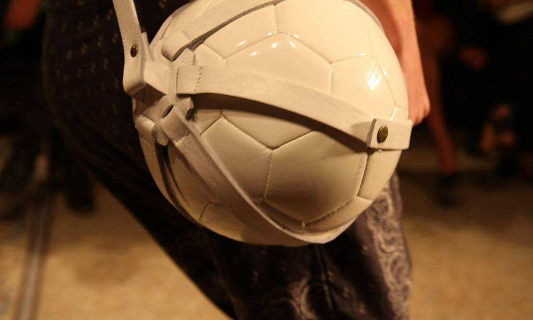 Detalhe do porta-bola, feito em tiras de couro Paula Giolito/O Globo