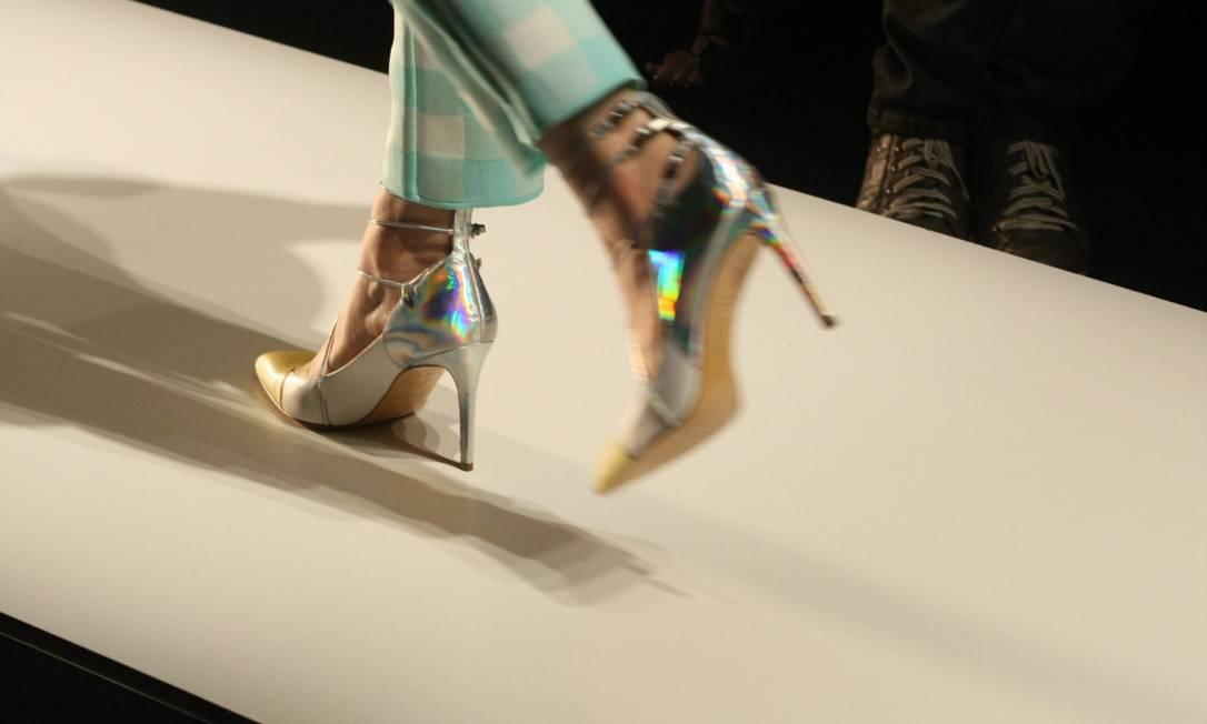 Detalhe de sapato scarpin prateado: modelo foi escolhido para arrematar as produções Fabio Rossi/O Globo
