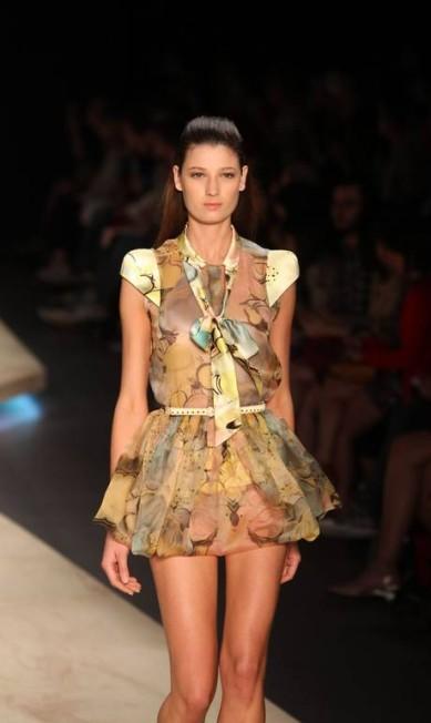 O voo da libélula inspira o vestido de tecido leve e esvoaçante Alexandre Cassiano/O Globo