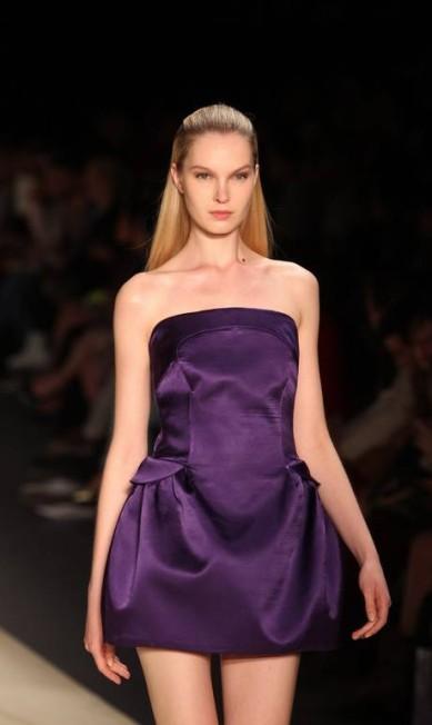 Vestido roxo de cetim tem ar futurista Alexandre Cassiano/O Globo