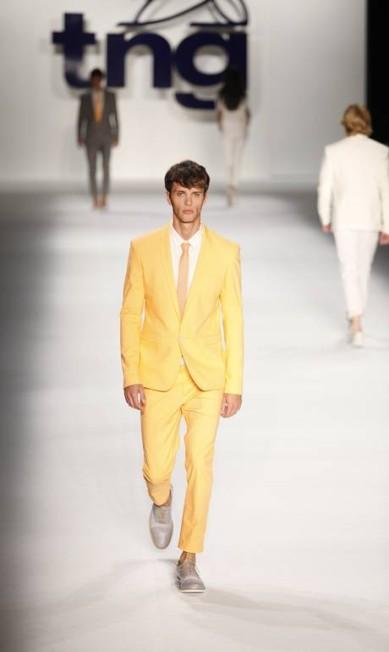 O terno laranja bem clarinho chama atenção na alfaiataria masculina Fabio Rossi / O Globo