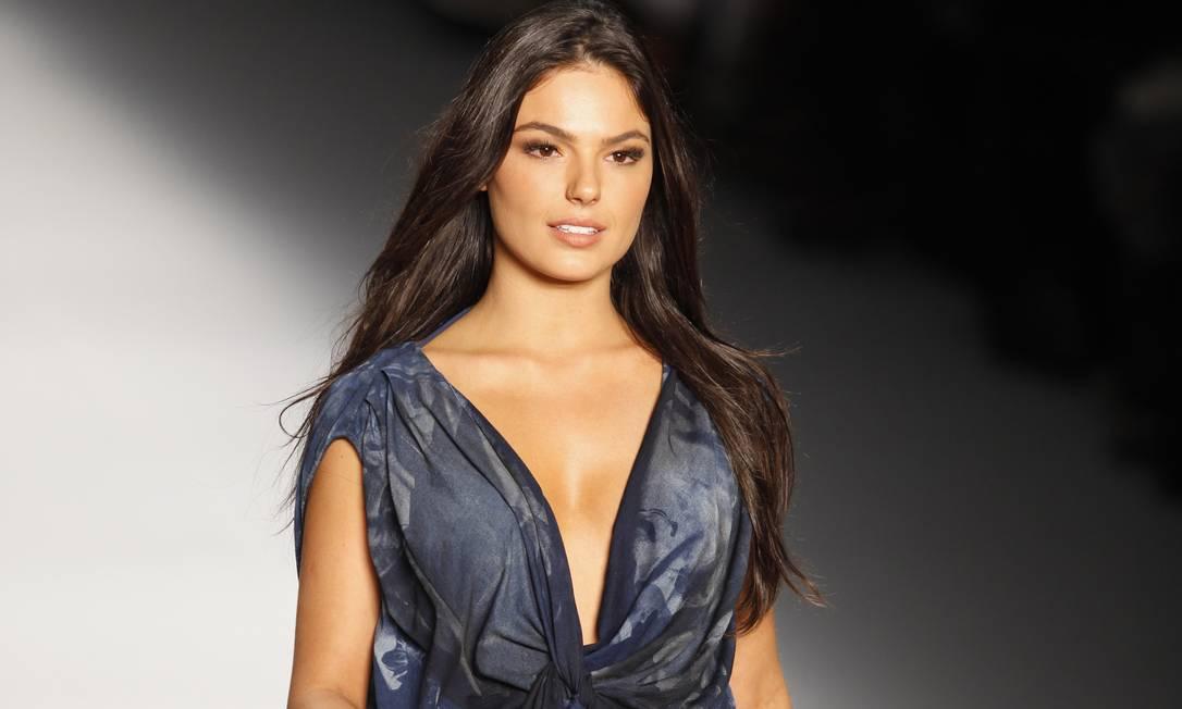 Foi a primeira vez da atriz em uma passarela de moda Fabio Rossi / O Globo