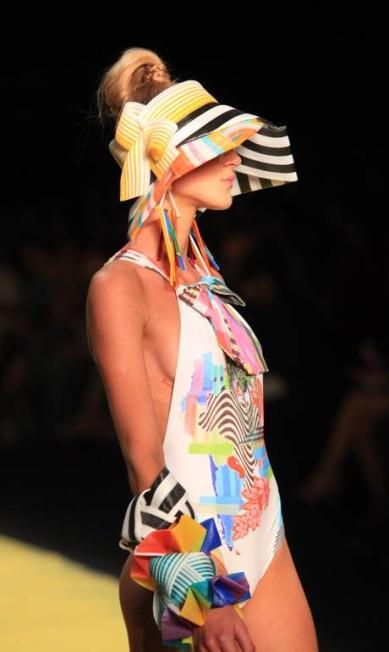 As viseiras e pulseiras foram criadas para o desfile por Claudia Savelli Simone Marinho / O Globo